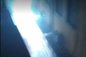 Clip: Công tơ điện nổ sáng rực cả khu ngõ nhỏ ở Thanh Xuân, Hà Nội
