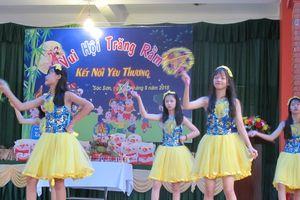 Đại sứ Hoa Kỳ cùng trẻ em thiếu may mắn ở Hà Nội vui sớm Tết Trung Thu