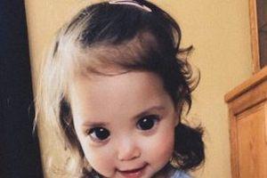 Sự thật đau lòng sau đôi mắt đen láy, hút hồn của bé gái đáng yêu