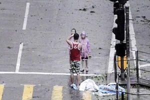Phẫn nộ clip bố bắt hai con tạo dáng để chụp ảnh giữa siêu bão Mangkhut