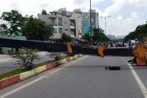 Cần cẩu 'khủng' đổ sập chắn ngang đường, giao thông ách tắc
