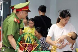 Học viện Cảnh sát nhân dân mang 'Trung Thu Hồng' đến với bệnh nhi