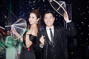 Jennifer Phạm khoe vai trần, cười rạng rỡ bên Nguyên Khang, Tuấn Hưng