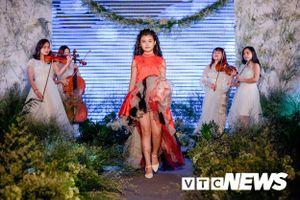 Mẫu nhí Hà thành tự tin trình diễn thời trang trên sàn catwalk