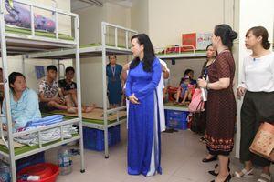 Bộ trưởng Y tế trao quà cho các gia đình bệnh nhân sau cháy lớn ở Đê La Thành