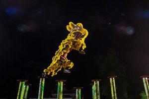 Người dân ở cố đô Huế háo hức xem múa lân