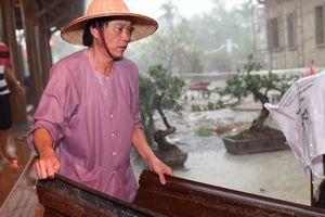 Danh hài Hoài Linh đi chân trần, đội mưa chống dột ở nhà thờ
