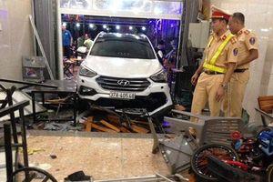 Ô tô 7 chỗ lao thẳng vào nhà hàng khiến 9 người bị thương
