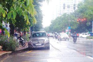 Điểm nóng giao thông: Bãi xe lấn chiếm nhà chờ xe buýt