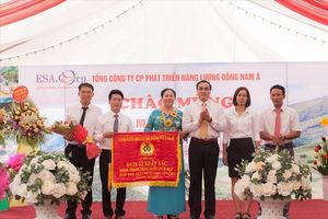 Công đoàn Cty CP Phát triển năng lượng ĐNÁ nhận cờ thi đua của Tổng LĐLĐVN