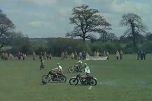 Kịch tính màn đá bóng bằng xe máy, tốc độ lên tới 64 km/h