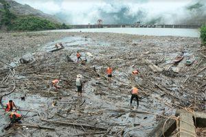 Tích cực thu dọn rác trên lòng hồ Thủy điện Bản Vẽ