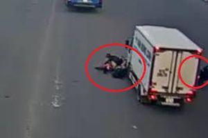 Dừng đèn đỏ sai chỗ, 2 xe máy bị xe tải húc văng xuống đường