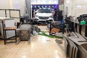 Hà Tĩnh: 6 người phải cấp cứu khi bị xe ô tô mất lái đâm vào quán nhậu