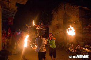 Ngôi làng từ trẻ đến già đều biết múa sư tử, thổi lửa như nghệ sĩ xiếc