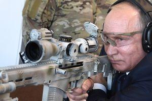Xem Putin khoe tài thiện xạ với súng bắn tỉa lừng danh Kalashnikov