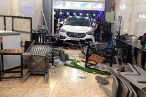 Xe ô tô lao vào quán ăn, 6 người bị thương