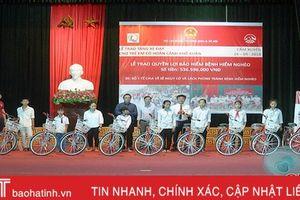 AIA Hà Tĩnh trao tặng 20 xe đạp cho học sinh nghèo Cẩm Xuyên