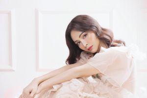 Quán quân 'Duyên dáng bolero 2018' khoe vẻ gợi cảm với váy áo màu nude