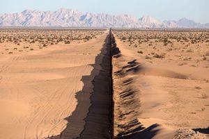 Tổng thống Trump hiến kế xây tường dọc sa mạc Sahara