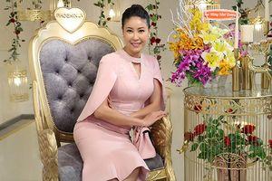 Sau khi ép cân, hoa hậu Hà Kiều Anh diện đồ đôi với con gái tới chúc mừng Vũ Thu Phương