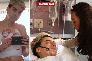 Người mẹ luôn ở bên con trong suốt quá trình phẫu thuật chuyển giới