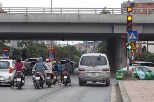 Hà Nội: Nhiều nút giao, đường phố bất cập tín hiệu đèn, biển báo