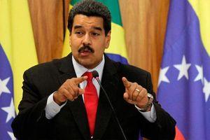 Dân Venezuela phẫn nộ khi Tổng thống Maduro hút xì gà, ăn thịt bò