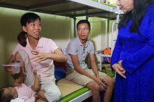 Bộ trưởng Bộ Y tế đi thăm các gia đình bệnh nhân BV Nhi T.Ư sau vụ cháy 17/9