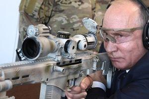 Tổng thống Putin gây 'sốc' khi trổ tài bắn tỉa trúng mục tiêu cách 600m