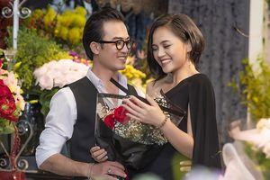 Cảnh 'soái ca' gây bất ngờ khi tình tứ tặng hoa và ôm eo My 'sói'