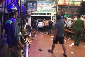 Xe ô tô 7 chỗ tông thẳng vào quán ăn, 9 người đang ngồi nhậu bị thương