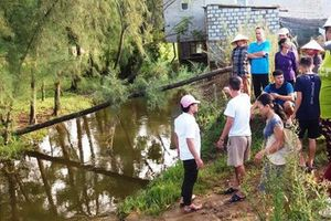 Người dân mang thi thể bé 17 tháng tuổi bị đuối nước lên UBND phường 'bắt đền'