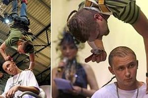 Vừa treo ngược vừa… cắt tóc