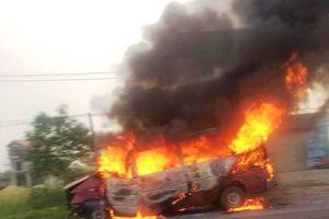 Xe 16 chỗ đâm vào dải phân cách rồi bốc cháy dữ dội