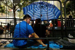 Người VN đội mưa qua đêm trước sảnh Apple Store chờ mua iPhone mới