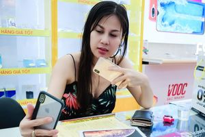 Nữ khách hàng đầu tiên mua iPhone XS Max: 'Tôi là fan cuồng iPhone'