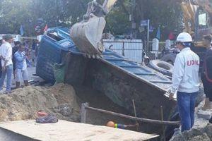 Ôtô tải sụp hố công trình, 2 người bị thương