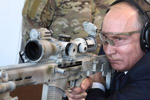 TT Putin trổ tài thiện xạ với súng trường Kalashnikov