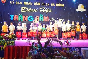 Quận Hà Đông tặng quà cho 51 trẻ em có hoàn cảnh khó khăn học giỏi