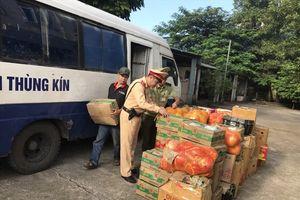 Quảng Ninh: CSGT ngăn chặn xe tải thùng kín vận chuyển hơn 2 tấn hoa quả nhập lậu
