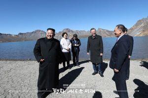 Ông Kim Jong-un tạo dáng chụp ảnh 'bắn tim' thời thượng ở núi Paekdu