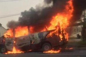 Hà Tĩnh: Xe ô tô bốc cháy dữ dội sau tai nạn
