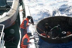 Tàu kiểm ngư cứu vớt 2 ngư dân bị cháy tàu