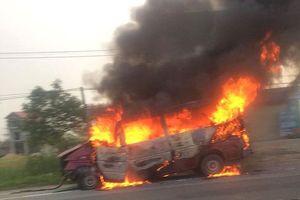 Xe khách 16 chỗ bốc cháy ngùn ngụt trên đường đi sửa chữa