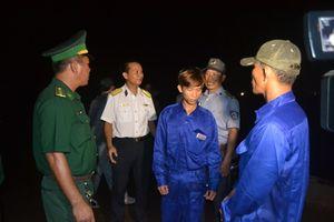 Đưa 2 cha con ngư dân bị nạn trên biển về đảo Lý Sơn an toàn