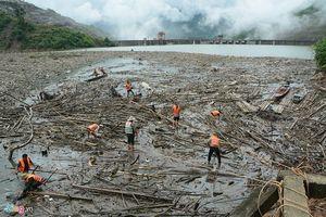 Hồ thủy điện Bản Vẽ ngập trong hàng nghìn tấn gỗ, rác sau trận lũ lịch sử 50 năm