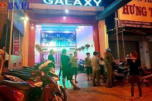 Hai nhóm thanh niên lao vào hỗn chiến ngay tại quán Karaoke, một người nguy kịch