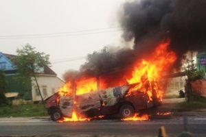 Hà Tĩnh: Xe khách 16 chỗ bốc cháy dữ dội sau tai nạn