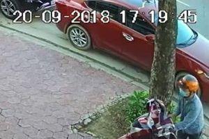 Truy tìm 2 đối tượng bịt mặt bẻ khóa, trộm xe SH trước quán cà phê